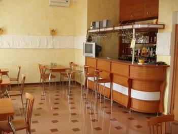 """Кафе в Алупке. Гостиница """"Аквилон""""."""
