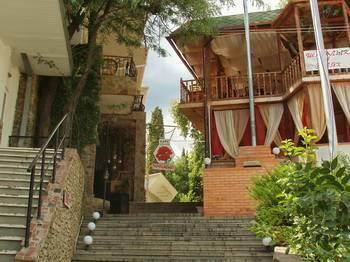 Отдых в Алуште. Кафе и гостиница 'Красный мак'.