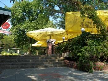 Кафе и гостиница 'Красный мак' в Алуште.